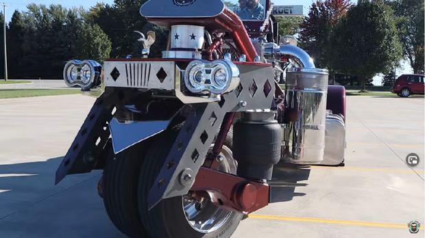 Motor ini ukurannya sama dengan truk.