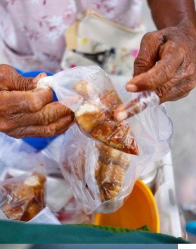 Nenek 78 Tahun di Surabaya Jualan Tahu Gejrot