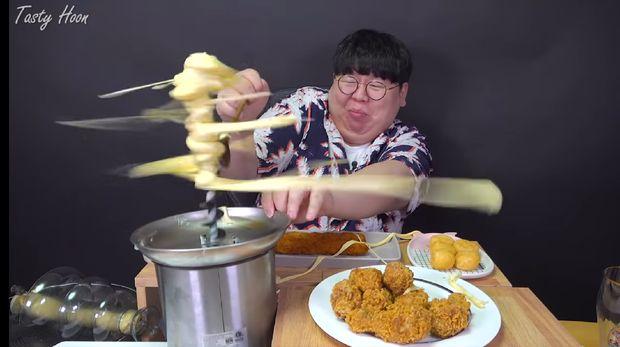 Niat Mukbang Fondue Cheese Malah 'Ditampar' Keju Leleh