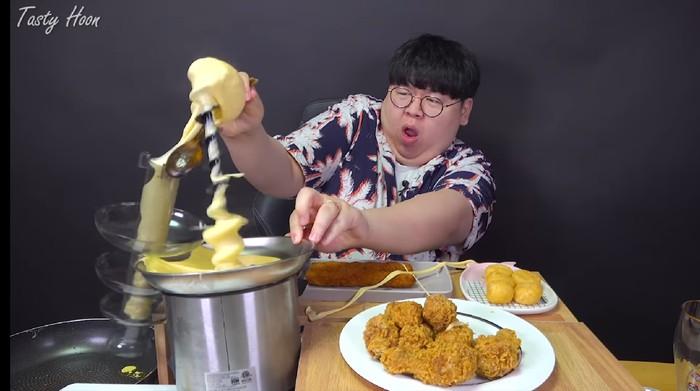 Niat Mukbang Fondue Cheese Malah Ditampar Keju Leleh