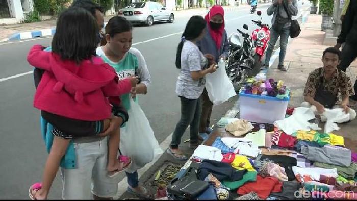 Kelompok pemuda di Kota Probolinggo menggelar pasar tanpa uang di trotoar jalan. Warga yang mengalami kesulitan ekonomi di tengah pandemi COVID-19, bisa mengabil barang secara gratis.