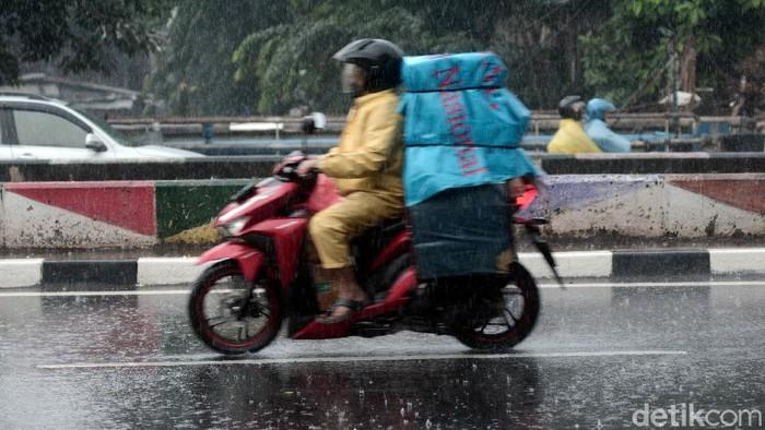 Hujan mengguyur kawasan Jakarta di awal bulan November. Para pengguna jalan pun tampak siap sedia jas hujan agar tetap dapat beraktivitas di kala hujan.