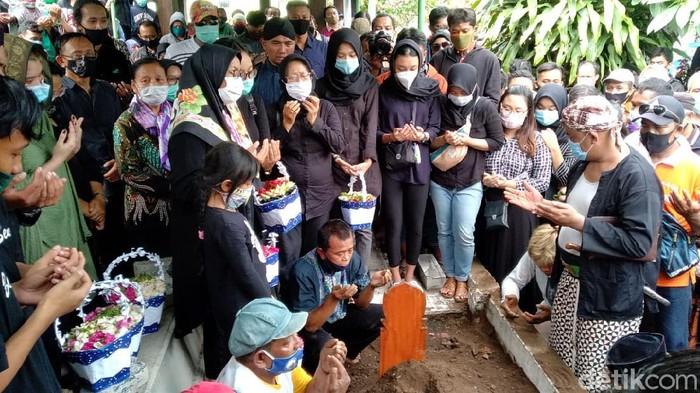 Prosesi pemakaman dalang Ki Seno Nugroho, Rabu (4/11/2020).