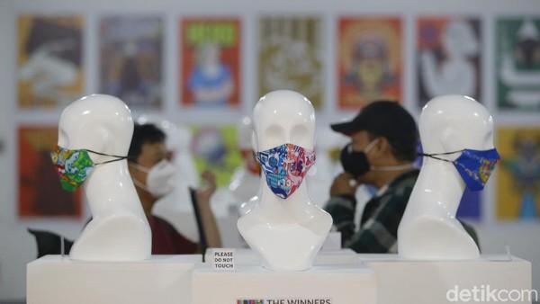 Tampak berbagai motif dan desain masker dipamerkan.
