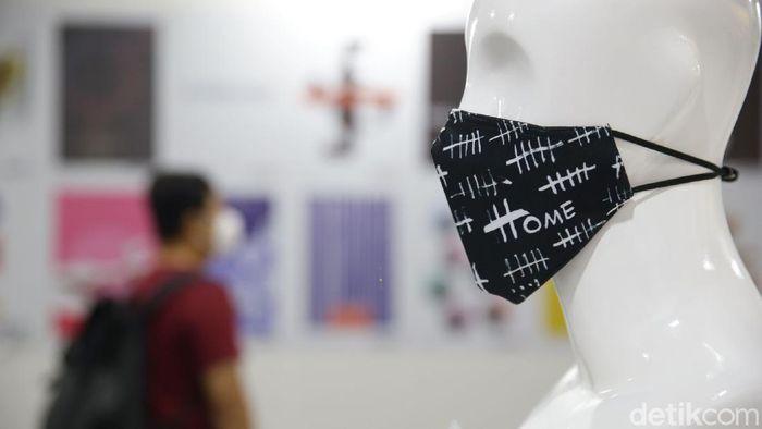 Pengunjung melihat desain masker yang dipamerkan di Summarecon Mall Serpong, Tangerang, Banten, Rabu (4/11/2020).