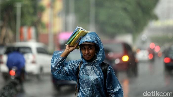 Hujan jadi berkah tersendiri bagi pedagang jas hujan di Jakarta. Pasalnya, saat hujan tak sedikit warga yang beli jas hujan agar dapat melanjutkan perjalanan.
