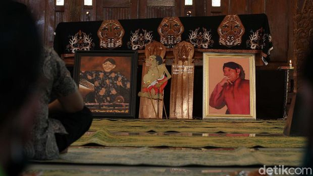 Pelayat berdatangan di rumah duka dalang Ki Seno Nugroho, Bantul, Yogyakarta, Rabu (4/11/2020). Dalang Ki Seno wafat pada Selasa (3/11/2020) malam.