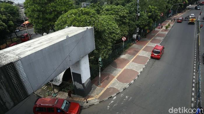 Trotoar di Jalan TB Simatupang, Pasar Rebo, Jakarta, bersih dari Pedagang Kaki Lima (PKL). Begini penampakannya, Rabu (04/11/2020).