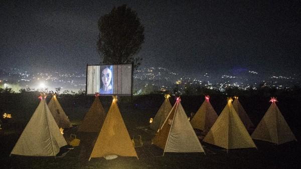 Pengunjung berada di dalam tenda saat menyaksikan film di bioskop outdoor Tenda di Bawah Bintang, Parongpong, Kabupaten Bandung Barat, Jawa Barat, Rabu (4/11/2020).