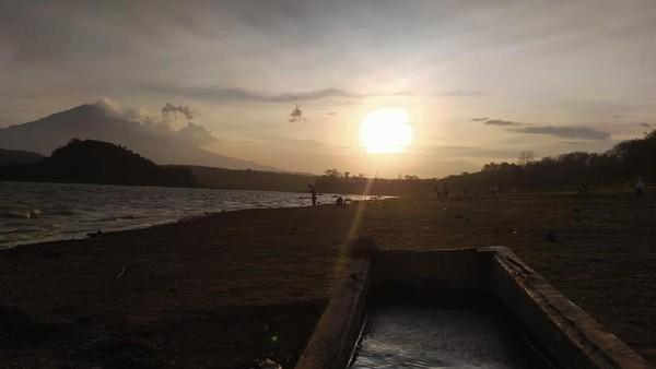 Waduk Setupatok berlokasi di Desa Setupatok, Kecamatan Mundu, Kabupaten Cirebon. Butuh waktu sekitar 20 menit dari pusat Kota Cirebon untuk bisa menikmati senja di Waduk Setupatok.