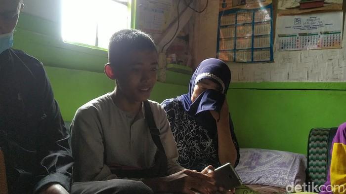 Akbar (16) pemulung yang fotonya viral sedang mengaji.
