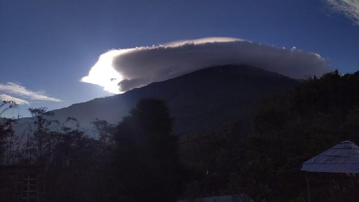 Warga Mojokerto dibuat takjub oleh keindahan awan lentikularis di atas Gunung Welirang dan Anjasmoro, Kecamatan Pacet. Gunung tersebut seperti memakai topi.