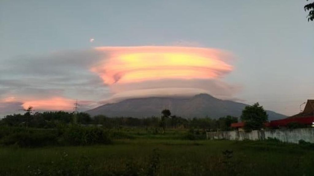 Gunung Arjuno Bermahkota Emas Pagi Tadi