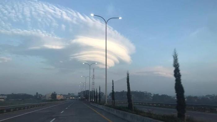 Pagi tadi, Gunung Welirang bertopi awan lentikularis. Ternyata, awan tersebut juga tampak di sekitar Gunung Arjuno.