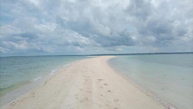 Pasir timbul di Kabupaten Buton Tengah, Sulawesi Tenggara.