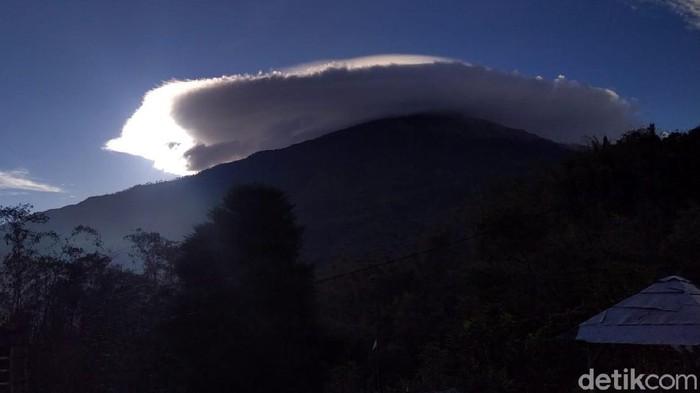 Warga Mojokerto dibuat takjub oleh keindahan awan lentikularis di atas Gunung Welirang dan Anjasmoro, Kecamatan Pacet, Kamis (5/11/2020). Gunung tersebut seperti memakai topi.