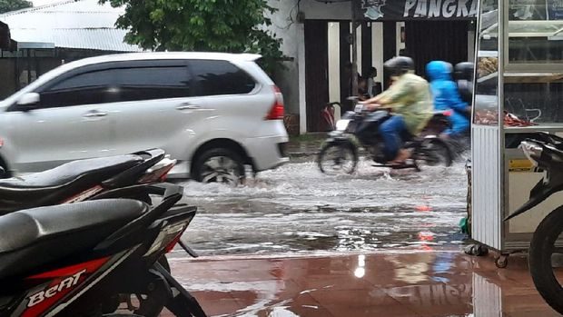 Jalan Eka Rasmi digenangi air usai hujan deras guyur Medan (Haris-detikcom)