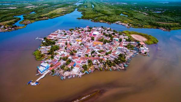 Ukuran terlebar kotanya di bawah 400 meter. Meksiko sekarang memiliki 122 Pueblos Mágicos yang ditunjuk oleh Kementerian Pariwisata Meksiko. Banyak kota bergumul dengan migrasi penduduk ke kota-kota besar. Harapannya adalah pariwisata akan membantu membendung arus itu dan mendukung ekonomi lokal.