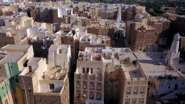 An aerial picture taken on October 17, 2020, shows a view of Shibam City in Yemens central Hadramawt governorate. - Against the backdrop of what resembles the Grand Canyon stands Yemens ancient city of Shibam, the Manhattan of the desert that has largely been spared by war but remains at the mercy of natural disasters. (Photo by - / AFP)