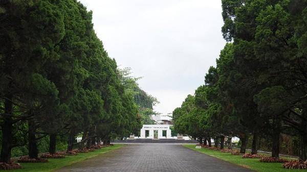 Secara umum di kawasan pemakaman Pandu terdapat tiga bagian, pertama yang diisi oleh nonmuslim, kemudian Belanda, dan terakhir tanah Belanda yang diberi nama Taman Kehormatan atau Ereveld. (Siti Fatimah/detikcom)