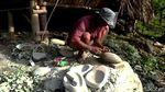 Nganggur Imbas Corona, Warga Sukabumi Ini Bikin Cobek Bernilai Seni