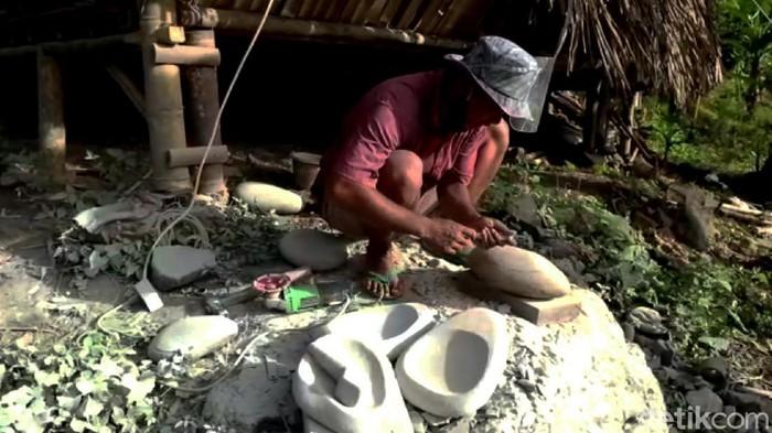 Menganggur imbas Corona, seorang warga Kampung Cisalak, Sukabumi ini banting setir menyulap batu biasa menjadi ulekan atau cobek bernilai seni.
