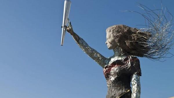 Patung indah yang ia beri nama The Lady of the World. berbentuk seperti gadis cilik yang memegang obor. Patung ini dibangun dari puing-puing sisa ledakan di rumah korban. (dok. Hayat Nazer)