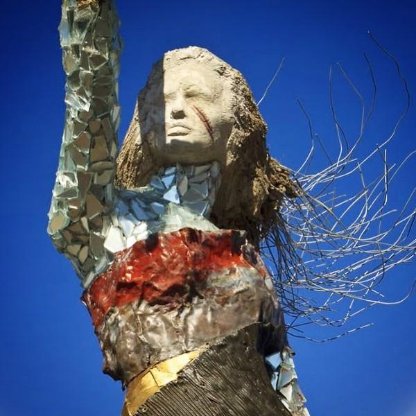 Hayat tidak ingin berlarut-larut dalam kesedihan. Lewat patungnya ini, dia berharap bisa menyembuhkan luka yang dialami orang Beirut lewat seni. Ada begitu banyak emosi di patung tersebut. (dok. Hayat Nazer)