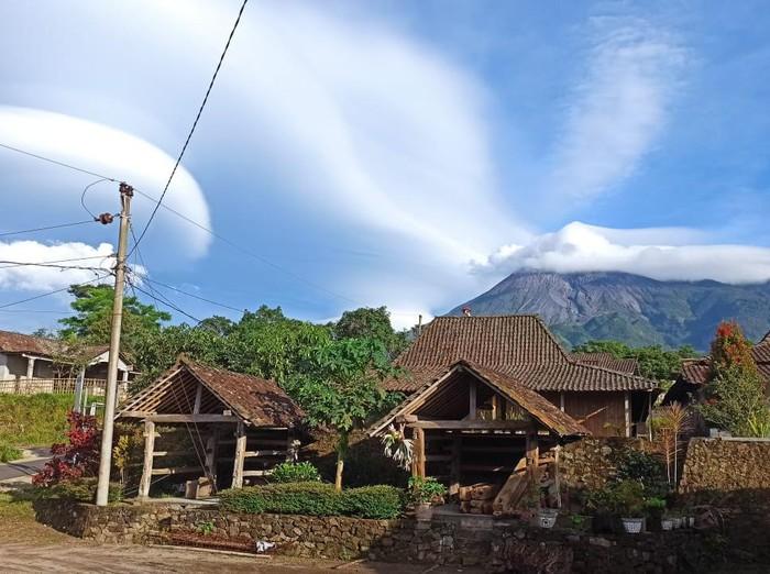 Penampakan Gunung Merapi bertopi dari KRB Balerante di Klaten, Kamis (5/11/2020).