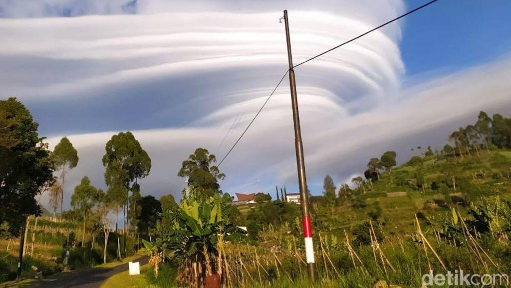 Penampakan Topi Awan di Gunung Lawu Pagi Tadi