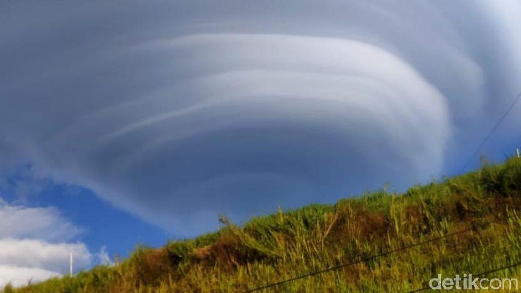 Video Fenomena Topi Awan Berlapis di Gunung Lawu