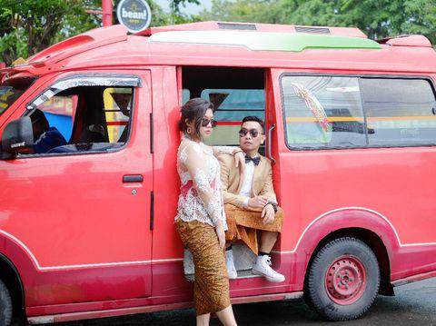 Foto prewedding di minimarket dan angkutan umum