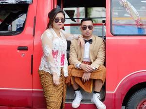 Ide Foto Prewedding Unik, Foto di Angkot Pakai Jas dan Kebaya