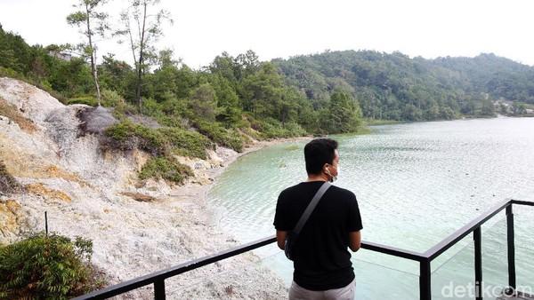 Pengunjung sedang menikmati pemandangan di kawasan Danau Linow.