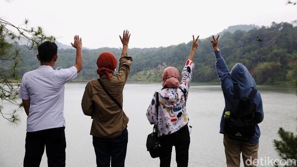 Sejumlah pengunjung sedang menikmati keindahan danau yang terletak di Tomohon tersebut.