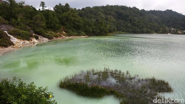 Danau ini memiliki pemandangan alamnya yang indah.