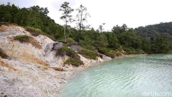 Saat memasuki kawasan danau vulkanik ini, travelerakan mencium bau belerang yang ada di sekitaran danau.