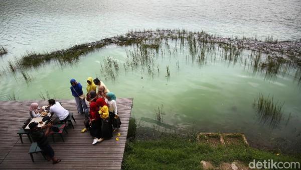 Untuk masuk ke danau cantik ini, traveler akan dikenakan biaya Rp 30 ribu per orang.