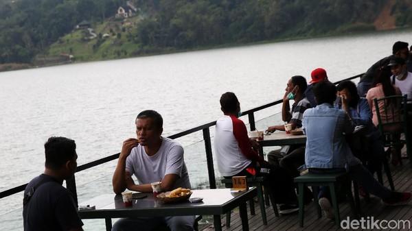 Tempat ini juga memiliki restoran yang menghadap langsung ke arah danau.