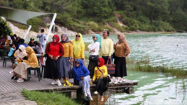 Traveler bisa puas berfoto dengan latar danau yang cantik.