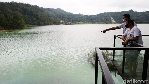Warga berwisata di Danau Linow, Tomohon, Sulawesi Utara.