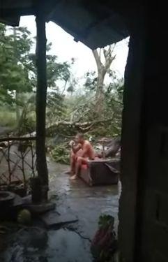 Santuy! Pria Ini Ngopi di Tengah Badai Angin Topan di Filipina