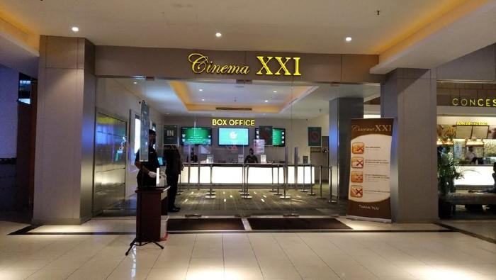 Satgas COVID-19 Gorontalo saat mengecek kesiapan bioskop buka (Ajis-detikcom).