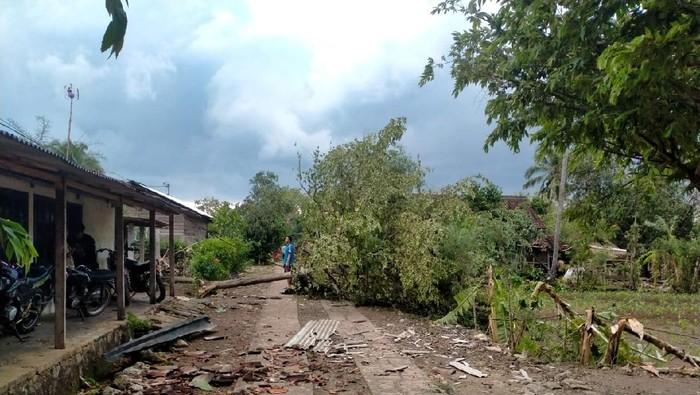 Suasana di Padukuhan Kedungranti, Kalurahan Nglipar, Kapanewon Nglipar, usai diterjang hujan deras disertai angin, Kamis (5/11/2020).