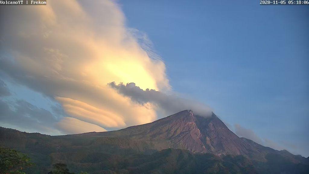 Topi awan di Gunung Merapi, Kamis (5/11/2020).