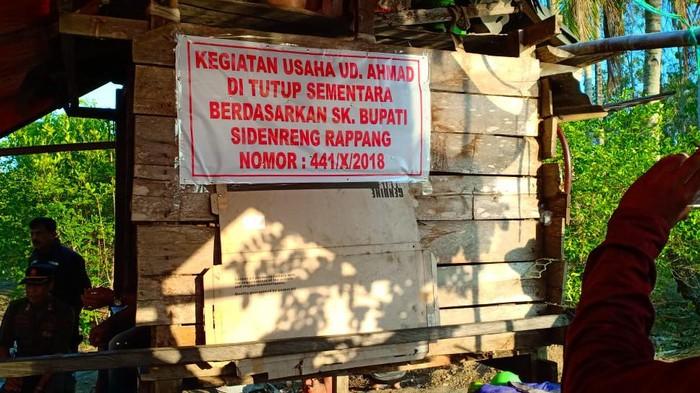 Warga protes aktivitas tambang yang dilakukan perusahaan di Sungai Bila, Sidrap, Sulsel. Warga marah karena lokasi tambang sudah ditutup Pemkab Sidrap. Warga khawatir terjadi bencana akibat tambang yang merusak lingkungan (dok. Istimewa)