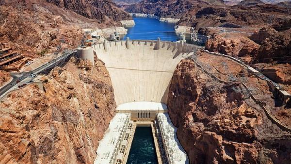 Hoover Dam merupakan bendungan termegah yang pernah dibuat oleh manusia. Bagian atasnya memiliki dinding beton yang tebalnya mencapai 14 meter. (Getty Images/iStockphoto/powerofforever)