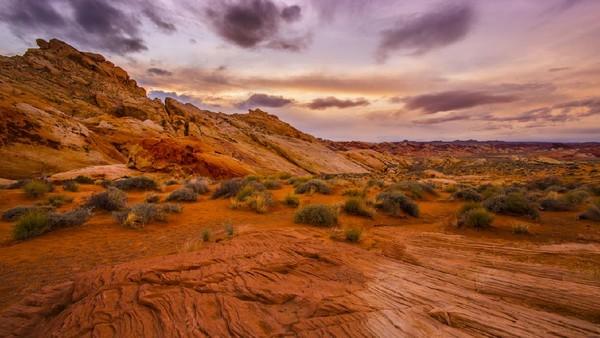 Red Rock canyon bisa menjadi wisata pemacu adrenalin bagi traveler yang ingin memanjat tebing. Berbagai level kesulitan dari di dinding tebing alami tersedia di destinasi ini. (Getty Images/iStockphoto/powerofforever)