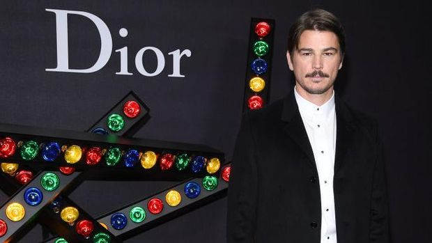 PARIS, FRANCE - JANUARY 20: Josh Harnett poses at Dior Homme Menswear Fall/Winter 2018-2019 show as part of Paris Fashion Week at Grand Palais on January 20, 2018 in Paris, France. (Photo by Pascal Le Segretain/Getty Images)