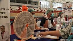 Warga mengikuti donor darah di Jakarta International Velodrome, Rawamangun, Jakarta Timur. Acara ini guna membantu kebutuhan stok darah PMI yang berkurang.